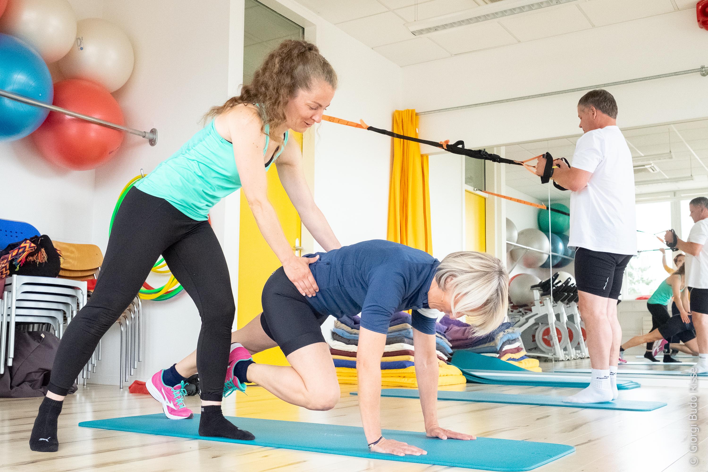 Un homme et une femme coachés lors de leur cours de renforcement musculaire