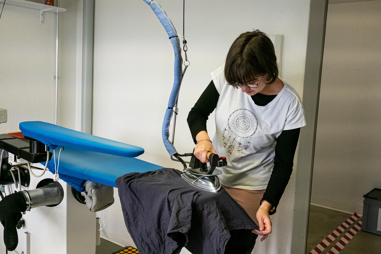 Femme repassant une chemise