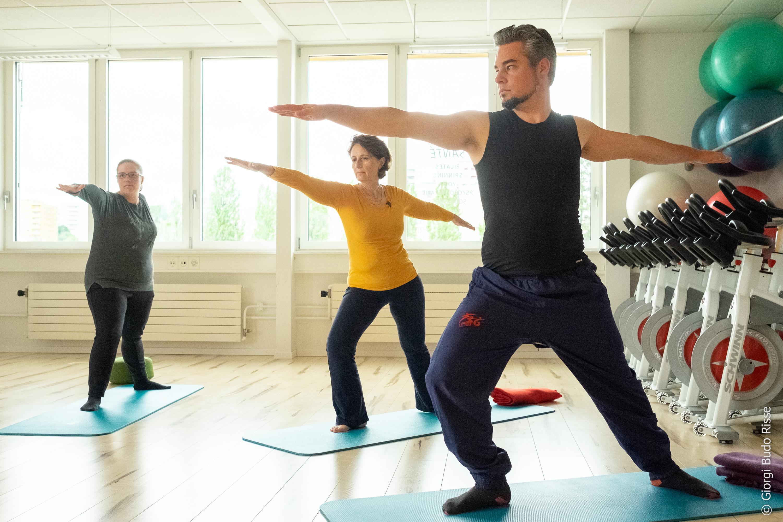 Groupe de personnes participant à un cours de yoga