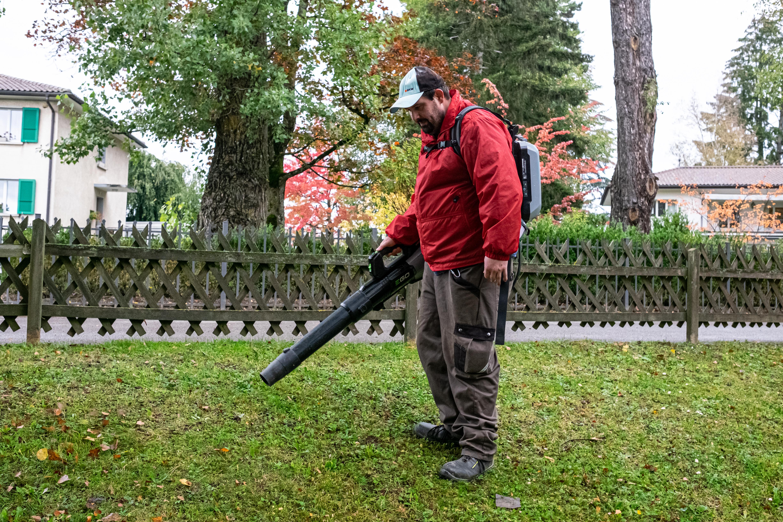 Homme travaillant en extérieur avec une souffleuse à feuilles