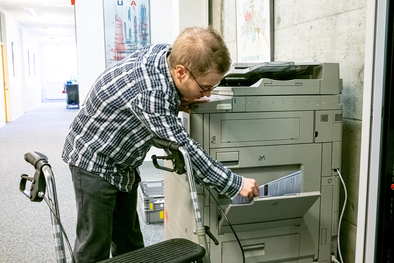 Homme récupérant des documents à la photocopieuse