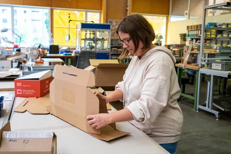 Femme travaillant dans l'atelier de conditionnement