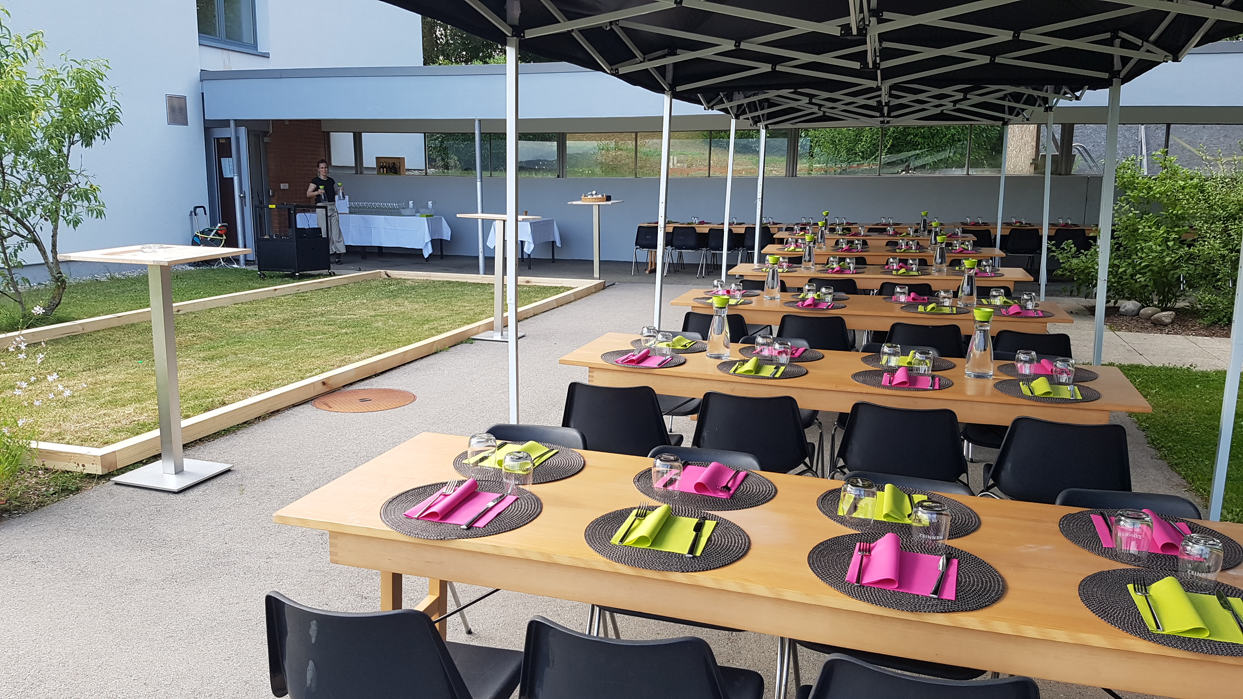 Tables dressées pour un banquet